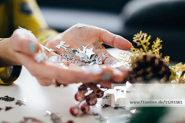 Frauenhände mit Weihnachtsschmuck
