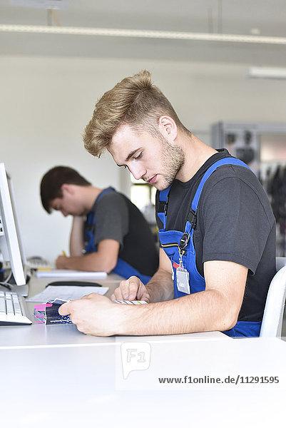 Berufsschüler beim Schreiben eines Tests
