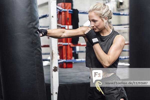 Boxerin beim Boxsacktraining