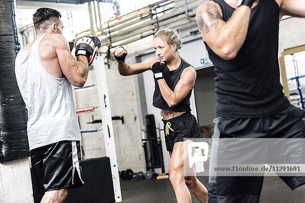 Boxerinnen-Sparring mit Coach