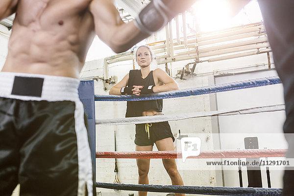 Frau beobachtet Boxkampf
