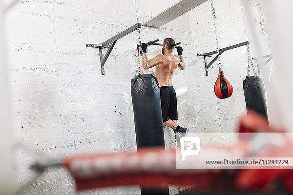 Sportler beim Training im Boxclub