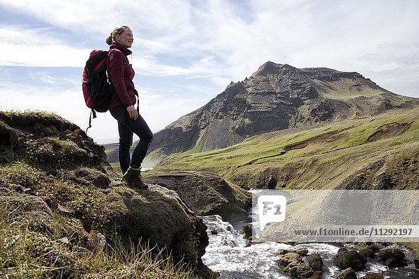 Island  Godafoss  fröhlicher Wanderer mit Blick auf die Aussicht