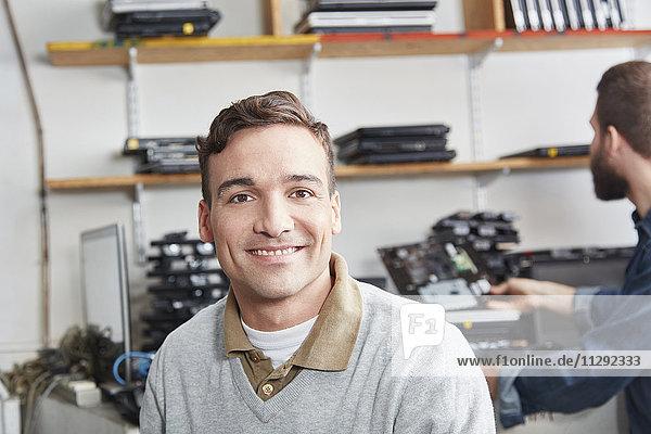 Porträt eines Mannes in einer Computer-Recyclinganlage