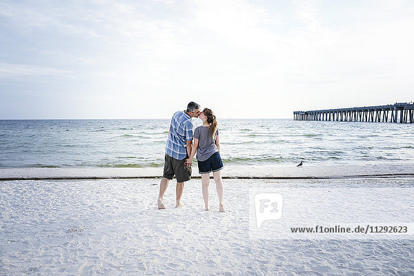 USA  Küssendes Paar steht am Panama City Beach
