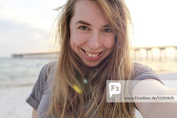 Frau  die einen Selfie am Panama City Beach nimmt.