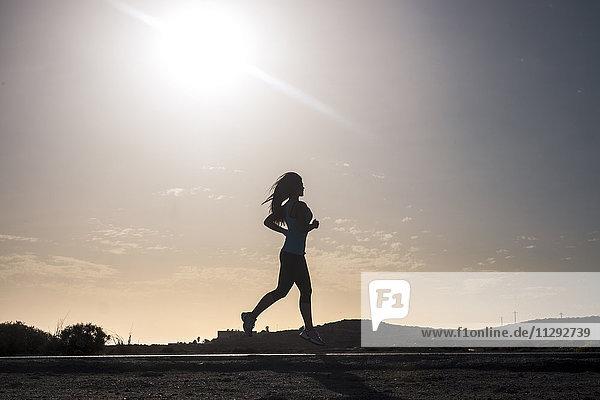 Junge Frau beim Laufen im Freien