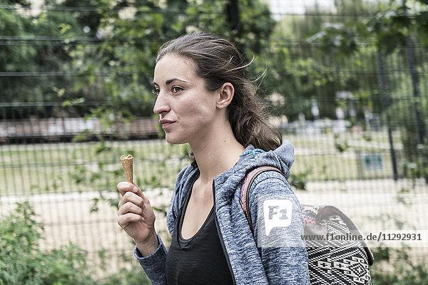 Junge Frau mit Eistüte
