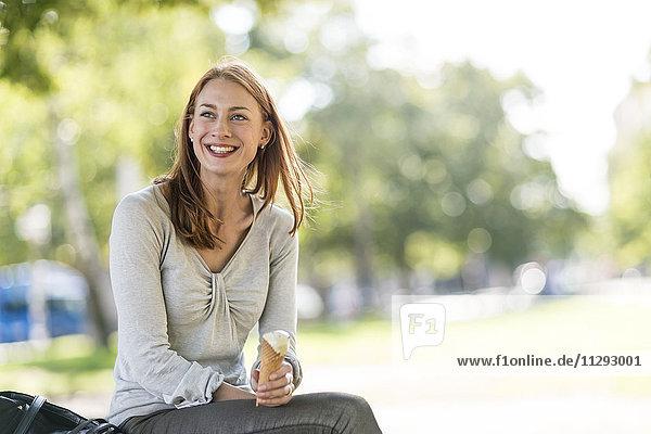Porträt einer lächelnden Frau mit Eistüte