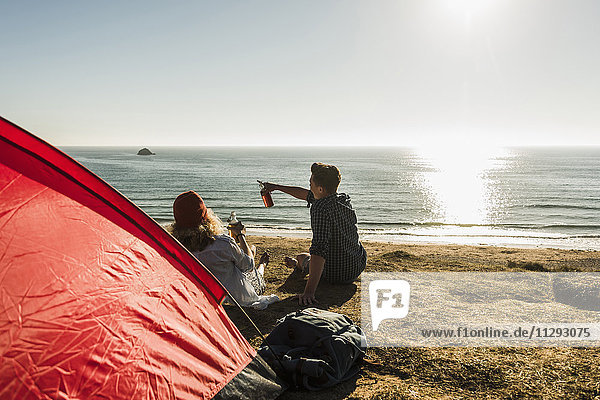 Junges Paar beim Camping am Meer