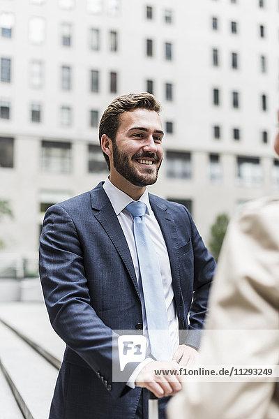 USA  New York City  lächelnder Geschäftsmann mit Blick auf die Frau