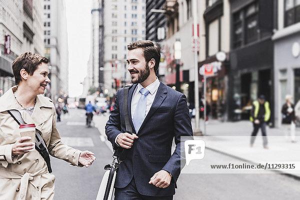 USA  New York City  Geschäftsmann und Frau zu Fuß in Manhattan