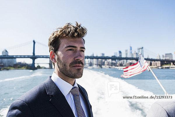 USA  New York City  Geschäftsmann auf der Fähre auf dem East River