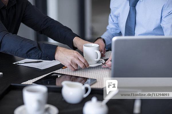 Geschäftsleute beim Kaffeetrinken im Büro