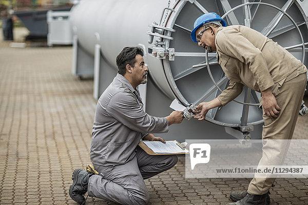 Arbeiter in der Fabrik prüfen horizontale Retorte
