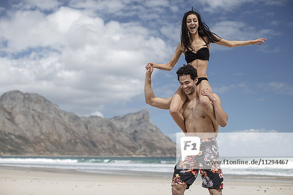 Junges Paar am Strand mit Spaß
