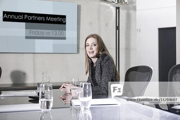 Geschäftsfrau bei der Vorbesprechung im Konferenzraum