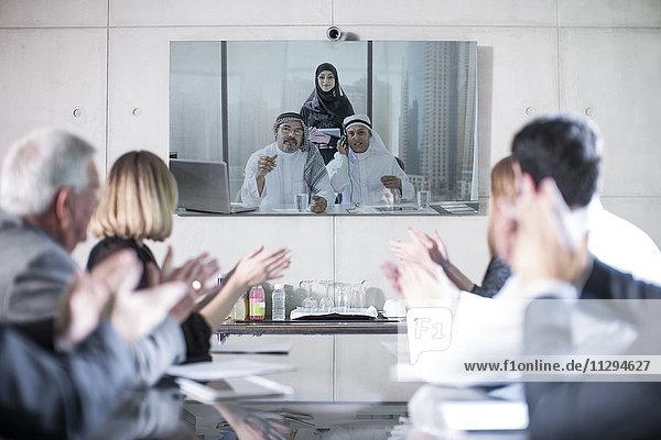 Geschäftsleute in Videokonferenz mit Kunden aus dem Mittleren Osten