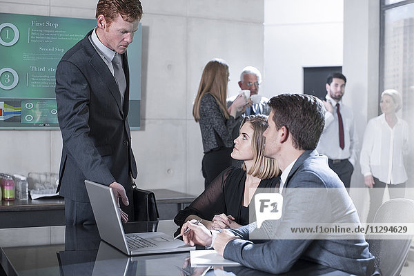 Geschäftsleute in Bürobesprechung