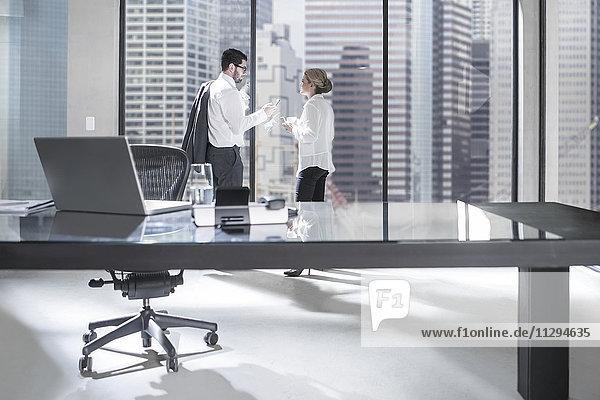 Geschäftsmann und -frau bei Besprechungen im Büro