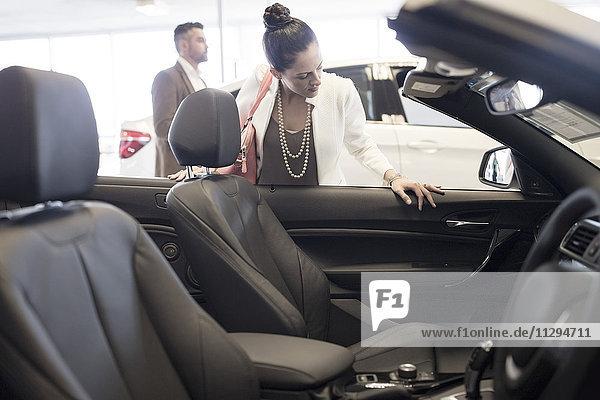 Frau sucht Cabriolet im Autohaus