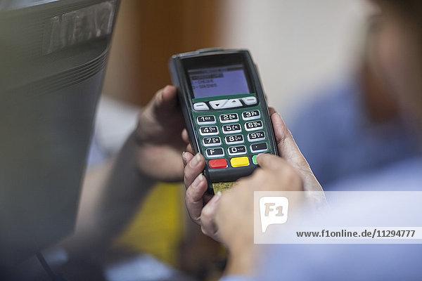 Kunde nutzt Kreditkartenleser im Geschäft