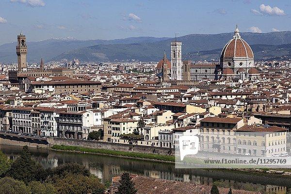 Ausblick vom Piazzale Michelangelo  Fluss Arno  Palazzo Vecchio  Dom  Kathedrale Santa Maria del Fiore und Franziskanerkirche Satna Croce  Florenz  Toskana  Italien  Europa
