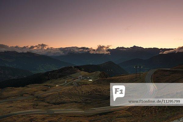 Straße  Jaufenpass bei Sonnenuntergang  hinten Brennerberge  Südtirol  Italien  Europa