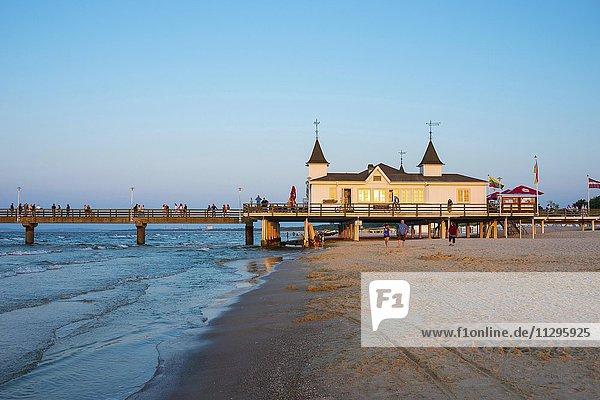 Strand mit Seebrücke Ahlbeck im Abendlicht  Seebad Ahlbeck  Insel Usedom  Mecklenburg-Vorpommern  Deutschland  Europa