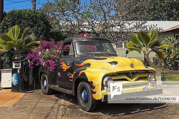 Oldtimer mit Blumen als Dekoration an alter Tankstelle  Eleele  Insel Kaua'i  Hawaii