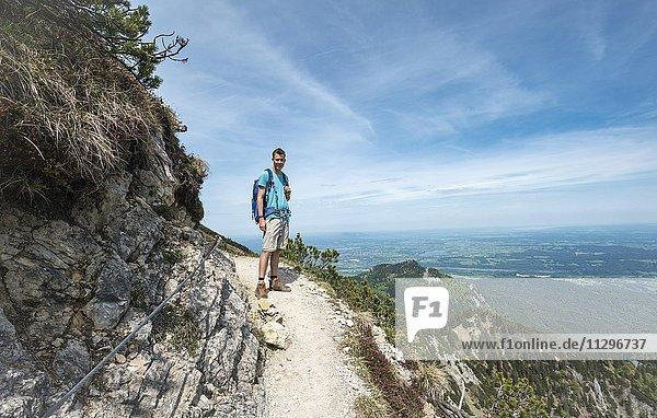 Wanderer auf einem Wanderweg  Gratwanderung Herzogstand-Heimgarten  Oberbayern  Bayern  Deutschland  Europa