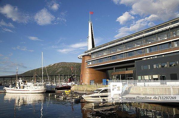 Moderne Architektur des Scandic Hotel  Boote im Hafen  Stadtzentrum  Tromsø  Norwegen  Europa