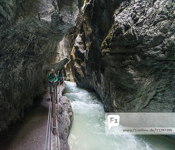 Wanderin in der Partnachklamm  Fluss Partnach  Garmisch-Partenkirchen  Werdenfelser Land  Wettersteingebirge  Oberbayern  Bayern  Deutschland  Europa