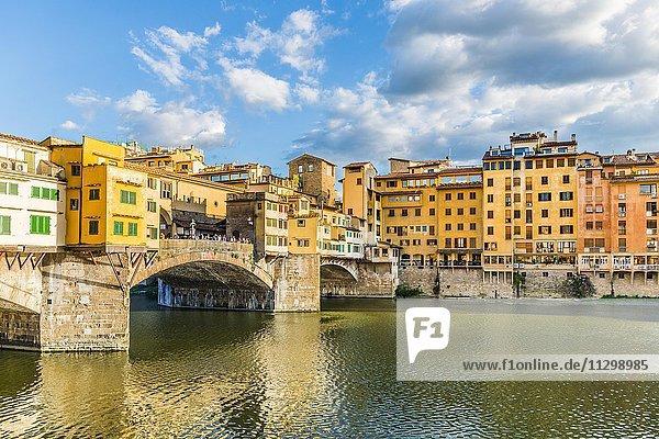 Brücke Ponte Vecchio über Fluss Arno  Florenz  Toskana  Italien  Europa