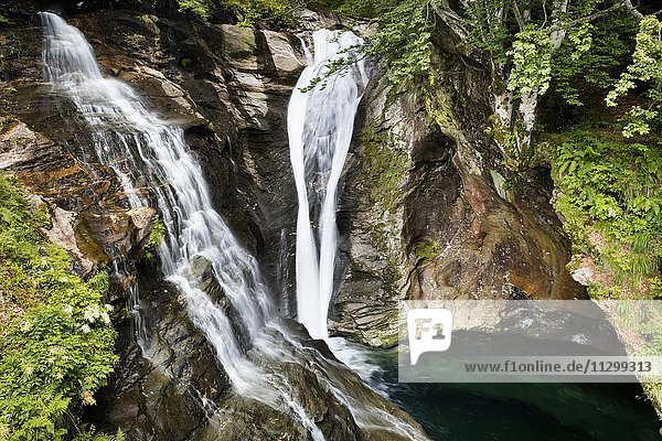 Wasserfall  Verzascatal  Valle Verzasca  Kanton Tessin  Bezirk Locarno  Schweiz  Europa