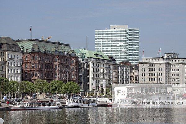 Jungfernstieg mit Binnenalster und Schiffsanleger  Neustadt  Hamburg  Deutschland  Europa