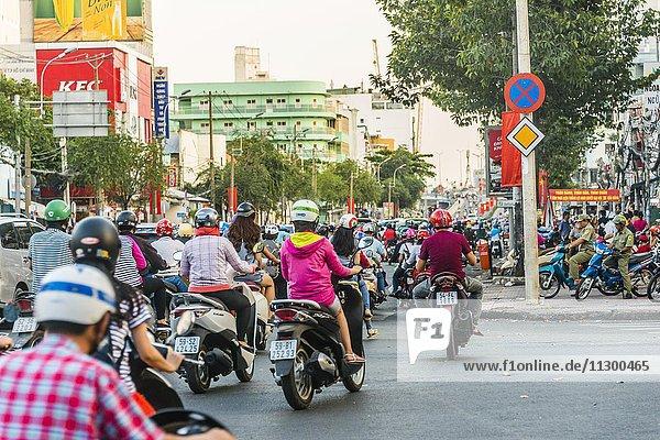 Massen an Rollerfahrern  chaotischer Straßenverkehr  Ho-Chi-Minh-Stadt  H? Chí Minh  Vietnam  Asien
