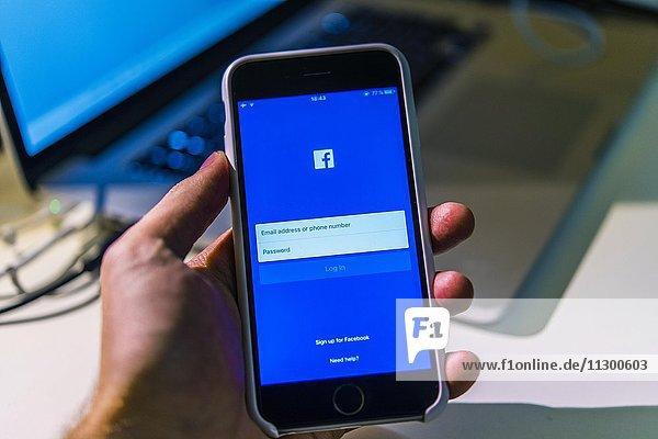 Hand hält iPhone 6S mit geöffneter Facebook App auf dem Bildschirm  Soziales Netzwerk  Smartphone  Makroaufnahme  Detail  formatfüllend