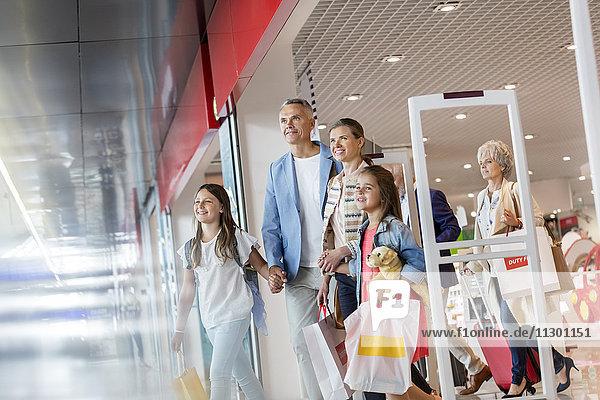 Familie verlässt Duty Free Shop am Flughafen
