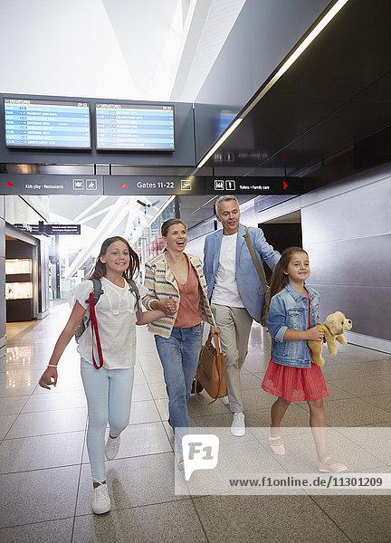 Familienwanderung in der Flughafenhalle