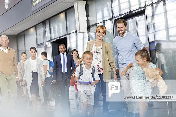 Familienwandern und Laufen in der Flughafenhalle