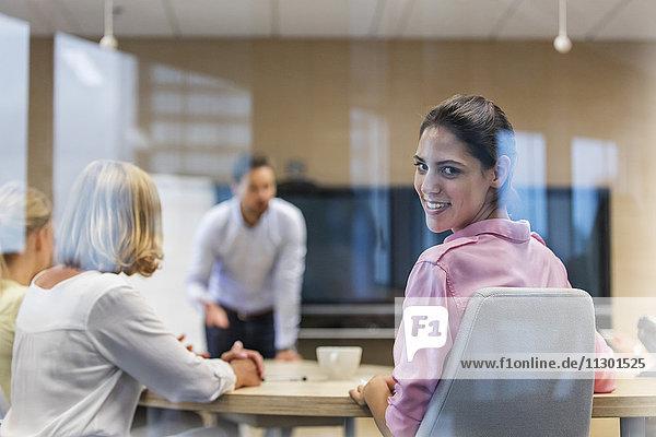 Portrait lächelnde Geschäftsfrau in Konferenzraumbesprechung