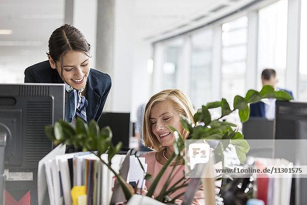 Geschäftsfrauen bei der Arbeit am Computer im Büro