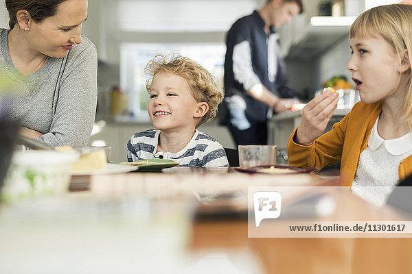 Glückliche Familie beim Frühstücken zu Hause