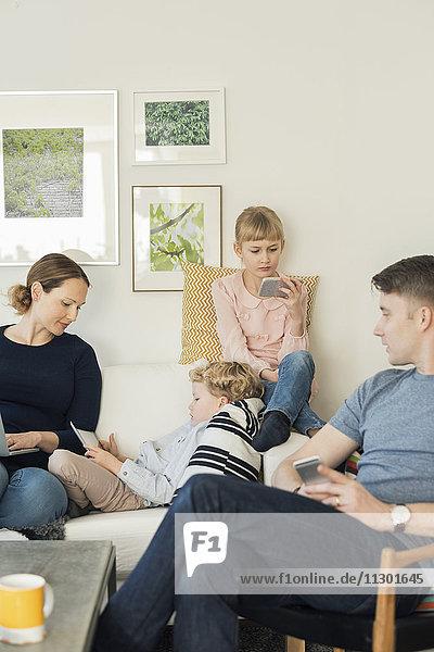 Familie mit Technologien zu Hause
