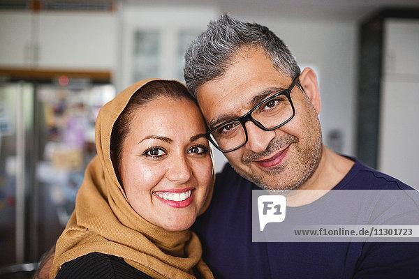 Porträt des glücklichen Paares zu Hause