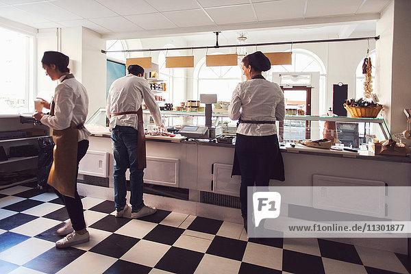 Eigentümer arbeiten zusammen im Lebensmittelgeschäft