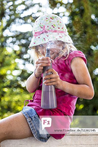 Mädchen sprüht mit Wassersprüher  Kiel  Schleswig-Holstein  Deutschland  Europa