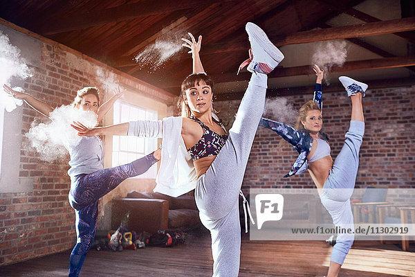 Hip-Hop-Tänzer tanzen mit Pulver im Studio