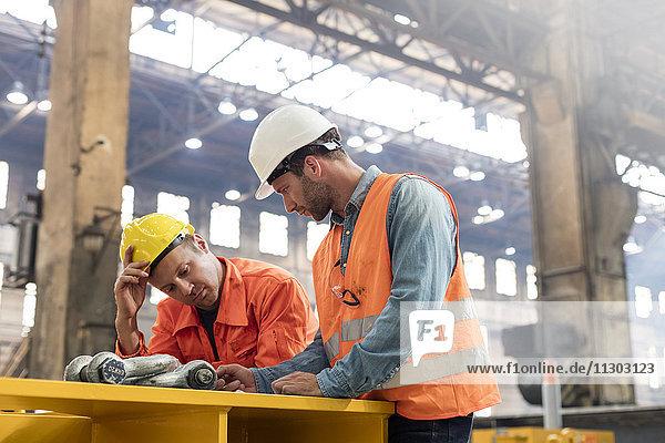 Treffen der Stahlarbeiter in der Fabrik